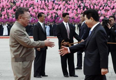 朝鲜最高领导人金正日(左)与韩国总统卢武铉(右)握手.  -金正图片