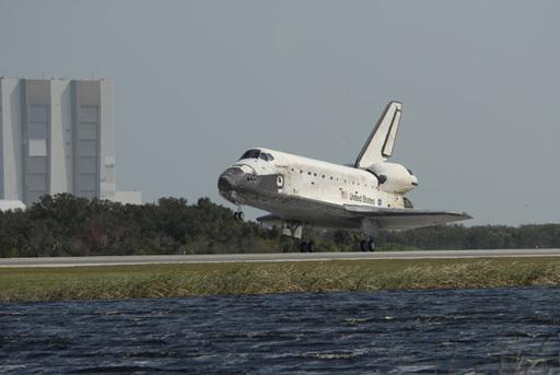 美国发现号航天飞机在肯尼迪航天中心着陆