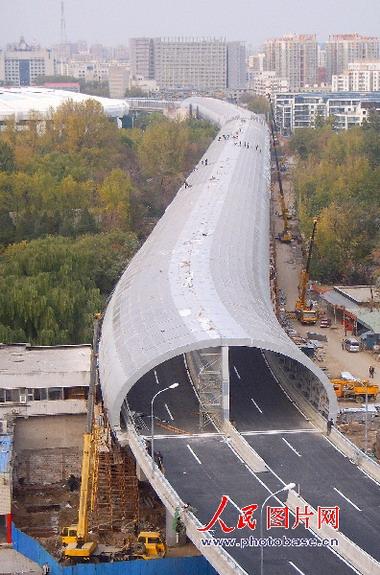 图片 非常图片  俯瞰约千米长的半椭圆形隔音屏纵跨北京动物园上空,似