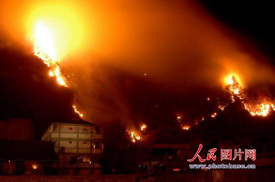 雷山县丹江镇马家屯山上燃烧的森林大火耀红天空.