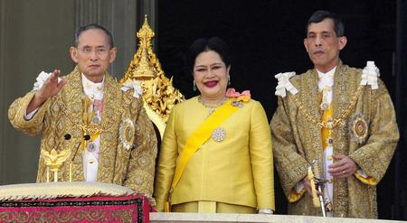 12月5日,泰国国王普密蓬·阿杜德(左)与王后诗丽吉(中)、王储