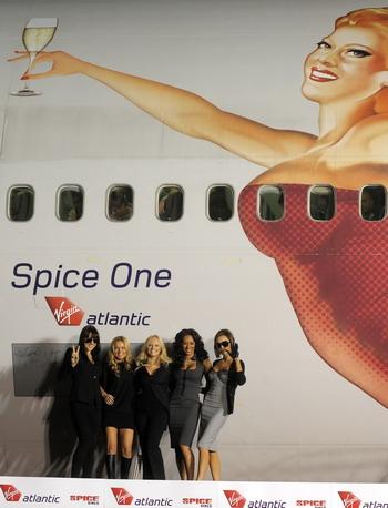 """12月12日,在美国洛杉矶的国际机场,英国""""辣妹""""演唱组合成员在飞机前"""