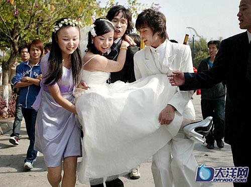 组图:广州大学24对教师集体婚礼 学生夹道送祝