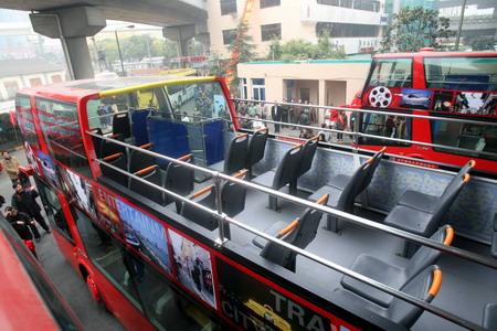 巴士1路旅游观光车在上海体育馆公交枢纽站即