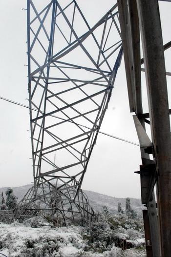这是一座倒塌的220千伏输电铁塔(2月4日摄)
