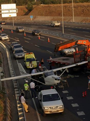 一架小型飞机因机械故障迫降在智利首