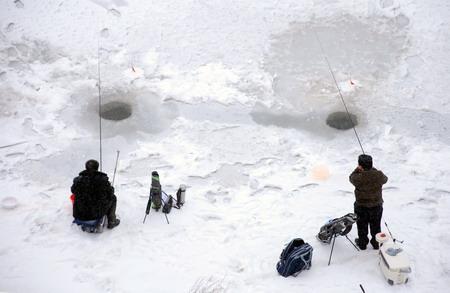陕西省延安市首届迎奥运冰钓比赛在宝塔
