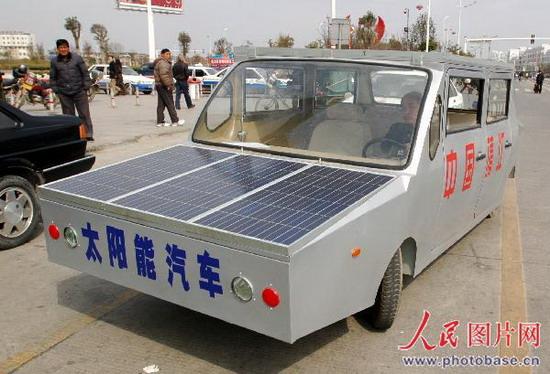 江苏靖江市民自制太阳能汽车