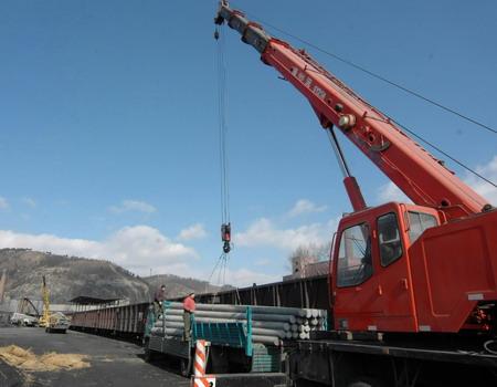往湖南抢修高压塔和电线杆