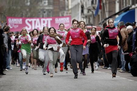 组图:荷兰举办穿高跟鞋跑步比赛