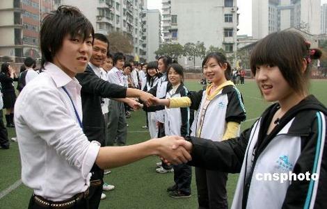 组图:中国访华女高中生与日本教练携手翩翩起v组图遭胸学生女高中生袭图片