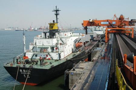 一艘轮船停泊在秦皇岛港煤炭码头装货