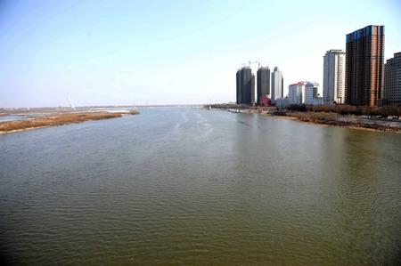 4月3日,松花江哈尔滨段南岸一侧的江面上已看不到浮冰.
