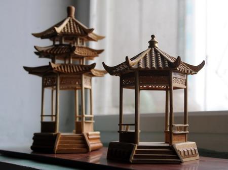 废旧材料制成精美木制建筑模型