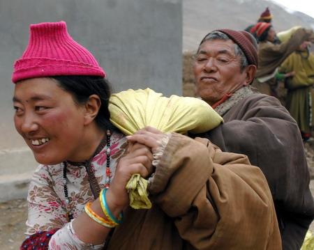 四川甘孜藏族自治州石渠县温波乡4村妇女贡地在领取
