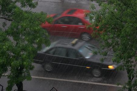 5月3日,两辆汽车在雨中行驶.高清图片