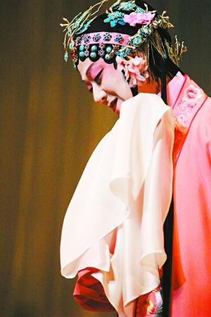 """""""他的歌舞伎表演运用了京剧的水袖,扇子,圆场等等技巧;而在昆曲表演中"""