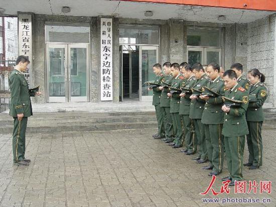 我的家乡东宁;; 黑龙江东宁:机关干部雨中为遇难者默哀--图片--人民网