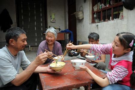 人物 苗苗/5月28日,武苗苗(右一)与奶奶和爸爸、妈妈一起吃饭。完整的...