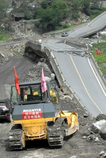 组图:四川路桥职工加紧抢修灾区公路 (2)