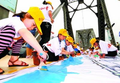 丹东最长儿童画打破世界纪录