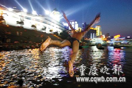 重庆朝天门两江夜景游-9日,朝天门码头,一位市民从船坞上跳入江中. 记者 冉文 摄-重庆唐图片
