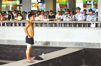 半裸男子南京火车站欲跳梁自杀--图片--人民网