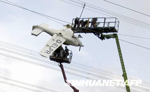 小飞机撞上高压线 乘客获救有惊无险