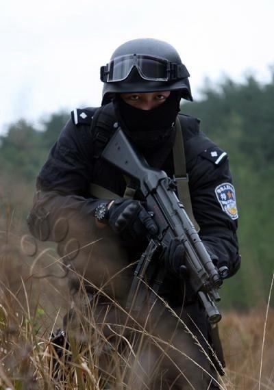 中国反恐特警配发神秘激光枪和mp5冲锋枪(组图)
