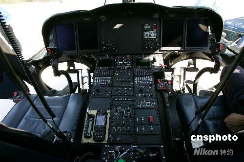 图为aw139型警用直升机驾驶舱.  富田 摄
