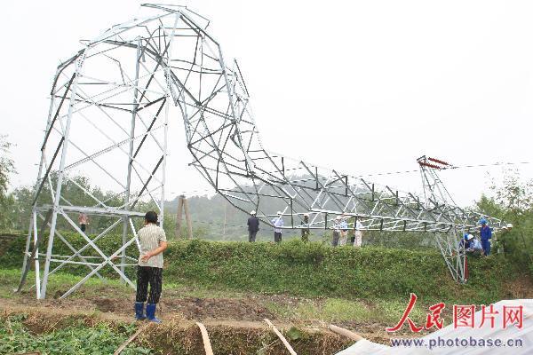 卷风刮倒的高压电线铁塔