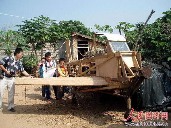 福建漳浦:少年自制木飞机