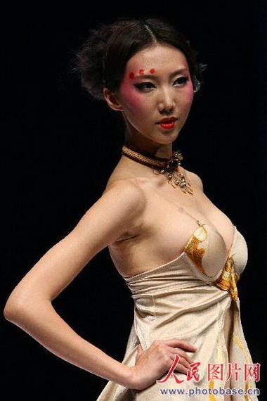 组图:中国国际时装周开幕推出欧迪芬内衣秀 竖