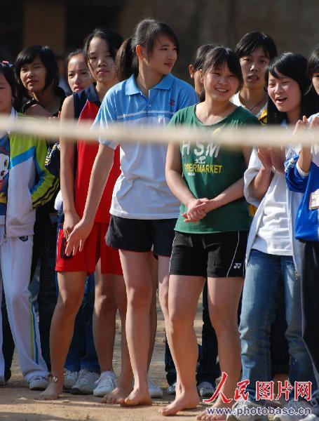 一群高二女生光着脚丫子等候比赛