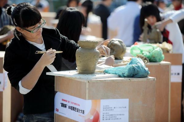 11月29日,参赛者在陶艺设计大赛现场创作陶艺.新华社记者...