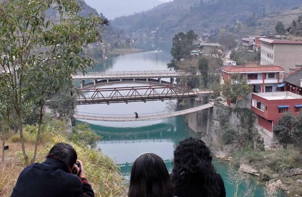 三朝桥位于贵州省黄平县境内的重安江上。第一座是清代的铁索桥;第二座是抗战时期我国著名桥梁专家茅以升设计的钢桁桥;第三座是20世纪90年代建造的钢筋混凝土拱桥。由于在一段相距不足百米的江面上保存有3座建造于不同历史时期的桥梁,当地政府已将三朝桥辟为旅游景点。
