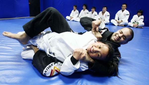 桑博 上海/12月9日,一位巴西柔术运动员在辅导中国小朋友。新华社记者凡...