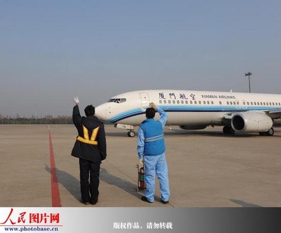 一位台湾乘客在下飞机后高兴地说