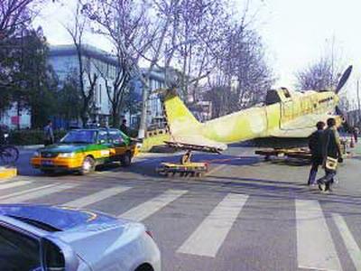 斗机与出租车相撞