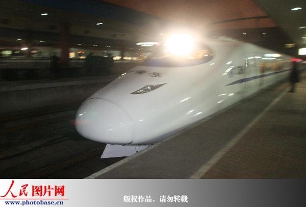 人民网讯 2008年12月21日晚上9时41分,上海-北京的D306卧铺动车组列车正式开行。   据了解,从明天起,将再增开一趟动卧,使上海至北京的动卧达到2趟:D302次上海站21:46开,北京站7:45到;D306次上海站21:41开,北京站7:40到。   动卧的舒适性是目前铁路客运服务中最高级的。由于采用了先进的缓冲装置和密封设施,即便在高速运行中,列车也十分平稳而且包厢内非常安静。   除了液晶电视、LED灯具照明、可伸缩性阅读灯等第一次出现在火车上的先进设施外,无干扰服务也成为