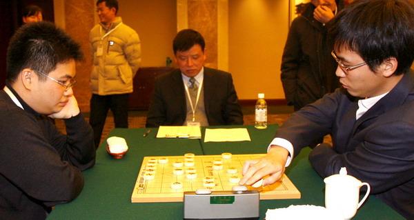 蒋川(左)和赵鑫鑫在比赛中