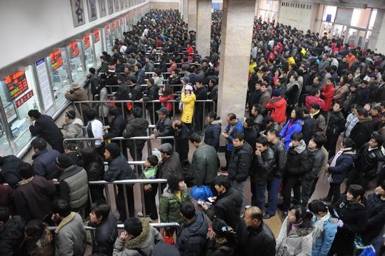 在西安火车站,人们排队购买火车票