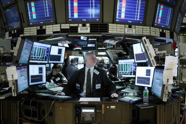 一名股票交易员在美国纽约证券交易所内工作