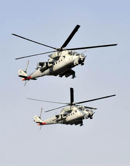 印度空军米-35武装直升机编队参加共和国日阅兵式