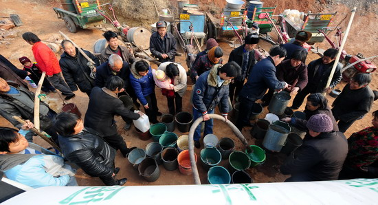 村村民们正在用水桶等