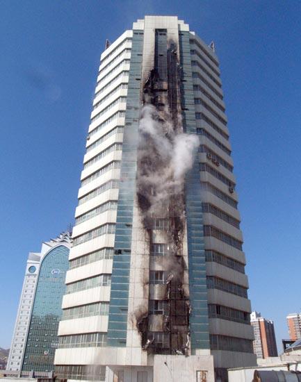 乌鲁木齐国贸大厦火灾被迅速扑灭 (2)
