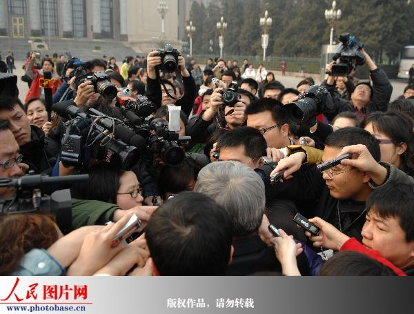两会期间的记者(来源:人民网) - 黔中人(田丰) - 黔中人