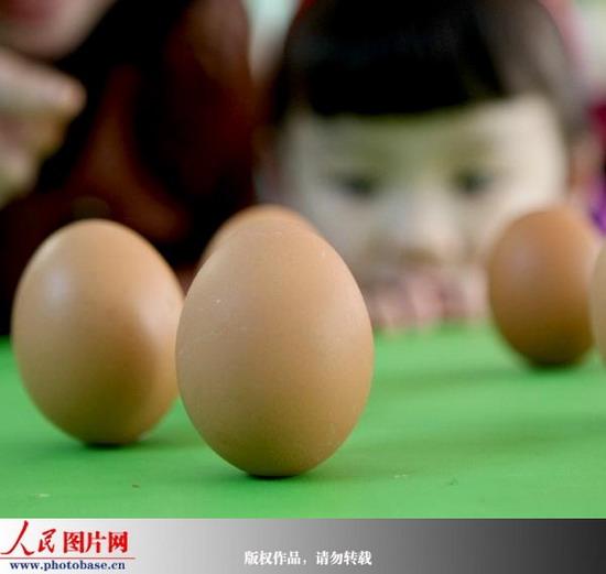 安徽省淮北市商业局幼儿园的孩子们好奇地