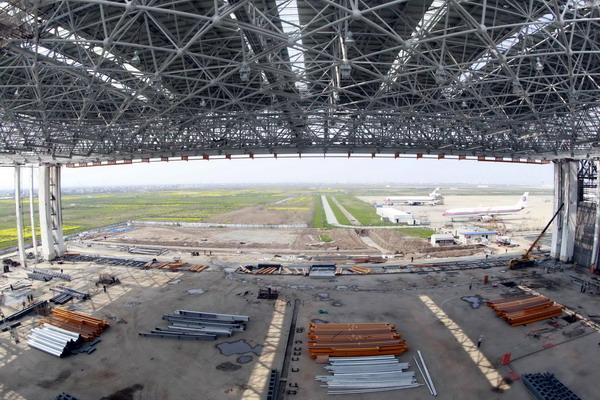3月30日,由上海建工集团第一建筑公司承建的上海浦东国际机场飞机大修机库钢结构顶一次提升成功。据介绍,机库钢结构顶跨度约156米,进深近80米,总重量达3000吨。机库建成后可同时满足两架空客A380的维修、检查和保养。新华社发