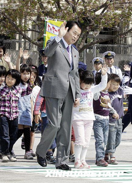 日本首相与小学生同过斑马线